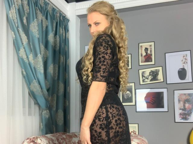 Picture of the sexy profile of AdrianaHotty, for a very hot webcam live show !