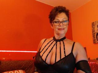 Bettina - Webcam hot with a cocoa like hair Sexy mother