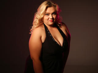 Picture of the sexy profile of UrCurvyBlonde, for a very hot webcam live show !